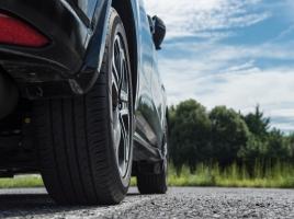 前輪幅が後輪幅より太い場合、走行性能にどう影響する?