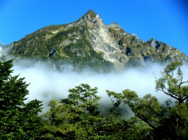 今年の夏は美しい上高地へ!穂高岳の朝焼け、明神池の朝もやが見れるのは「明神館」だけ