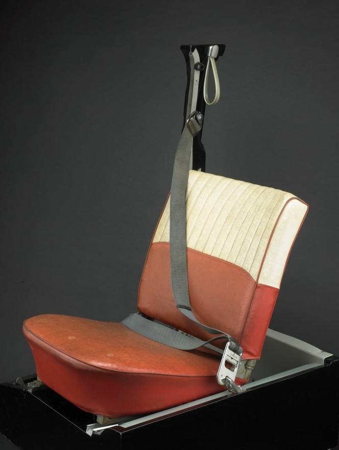 世界初の3点式シートベルト PV544