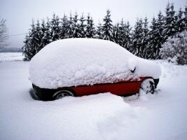 車に積もった雪を落とさずに走行するとどうなる?その危険性とは