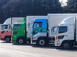 なぜ大型トラックはPA・SAで休憩中でもエンジンを切らないのか?