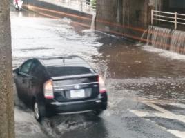 水たまりや道路の陥没で事故に!? 欠陥を見つけた際の対処法