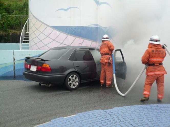 車両火災 炎上 消防