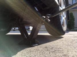 マフラー交換中、ジャッキが外れて車に挟まれて死亡…マフラー交換の際に注意すべきこととは?
