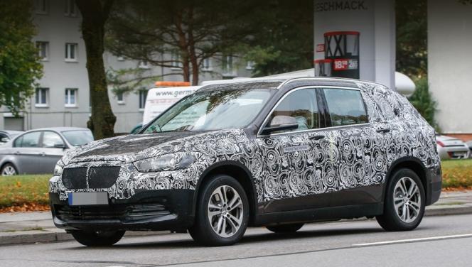 BMW グランドX1 偽装車スパイショット