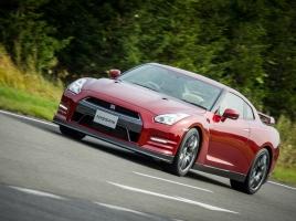 日産GT-RとBMW M4…オーバー1000万円のスポーツクーペはどちらが楽しいのか?