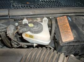 なぜエンジンを止めた車のブレーキは固く感じるのか?