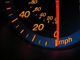 スピードメーターの速度と実際の速度はどの程度ちがう?なぜ差があるのか?