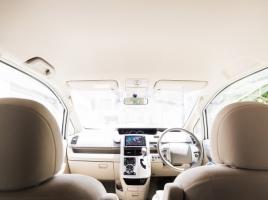 タバコや食べ物など、車内にこもったニオイを効率よく車外に逃す方法