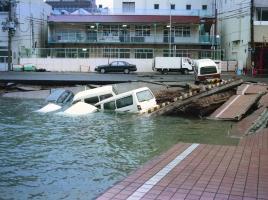 スマホ、ビニール傘、車のキーなど、車が水没した時、なにを使えば窓ガラスが割れる?
