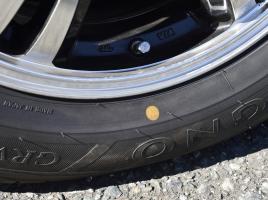 新品タイヤにある、赤と黄色の丸いマーク。これってなに?