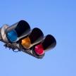 赤信号待ちで停車中、車外に降りて運転手の交代は違反になるのか?