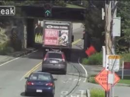 高さ制限のトンネルに注意!トラックが一瞬で破壊される…?!【動画】