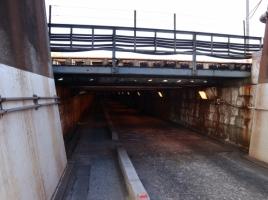 直角に立つ橋やビル内を突き抜ける高速道路など…走ってみたい日本の珍道路5選