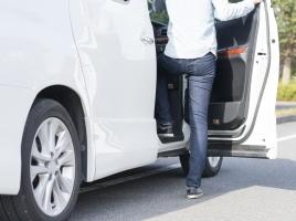 駐車場で隣の車にドアをぶつけてしまった!その対応法は?