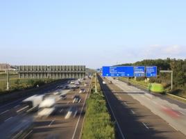 なぜ市販車は、法定速度以上のスピードが出せるのか?