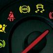 車のビックリマークが消えない!?警告灯が点灯している意味とは?