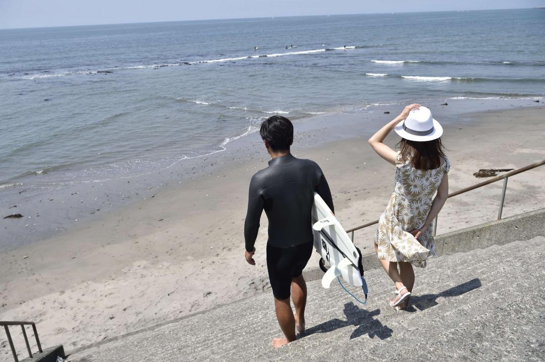 海へ向かう二人