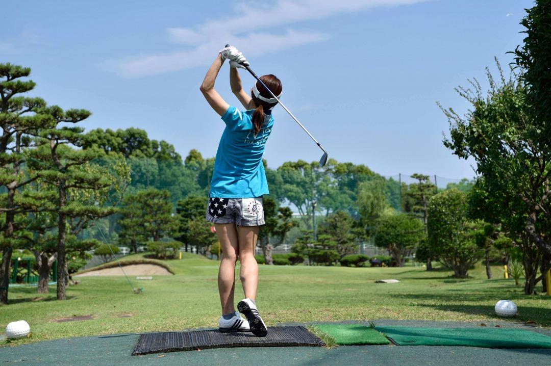 ゴルフをする写真