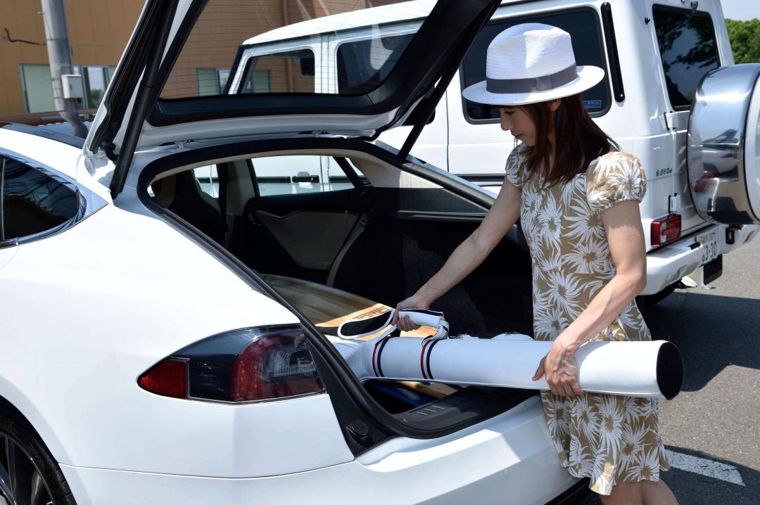 車に荷物を入れる女性