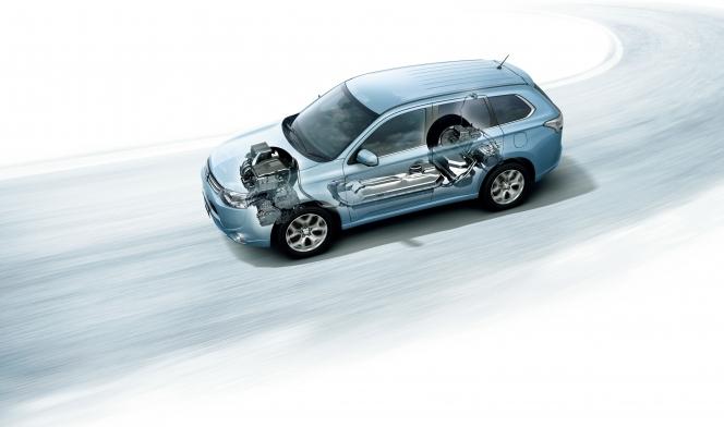 三菱アウトランダーPHEVは「自分で発電する電気自動車」を標榜する。PHEVの「PH」はプラグインハイブリッド...