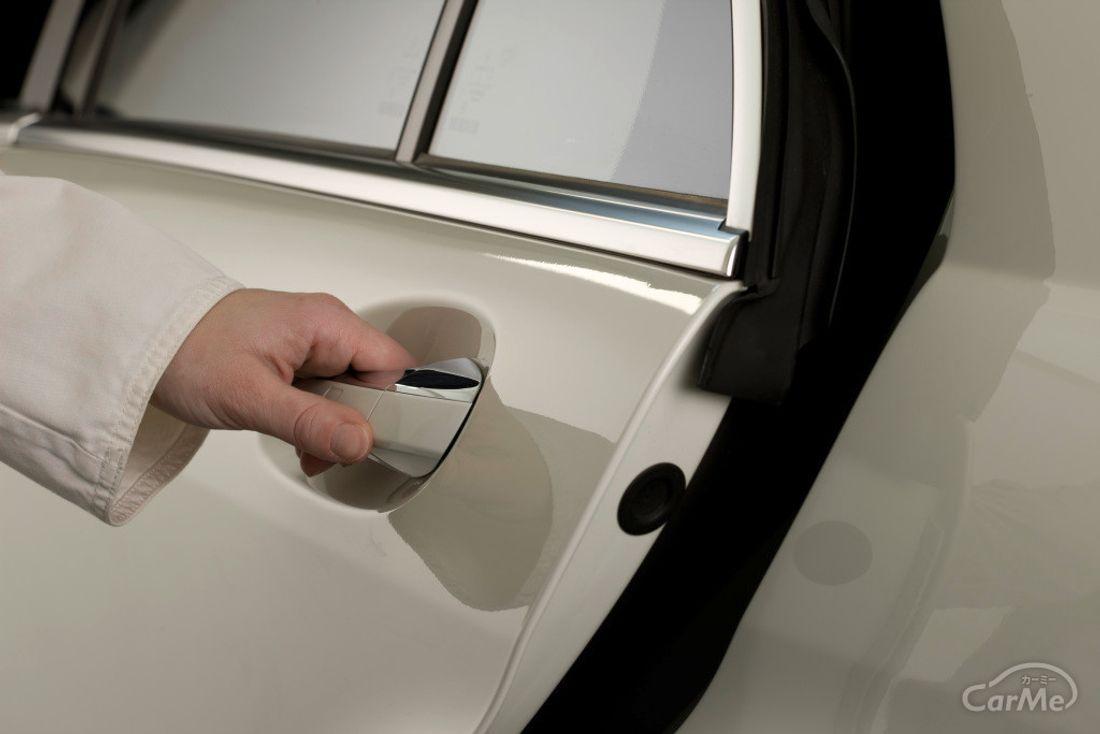 車のドアを開ける画像
