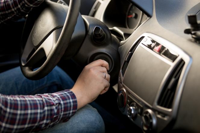 なぜAT車には「シフトロック解除」ボタンができたのか?どんな時に使う?【自動車Webマガジン】   中古車情報・中古 ...